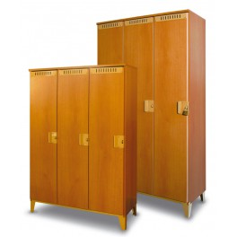 skříň dřevěná na roštu